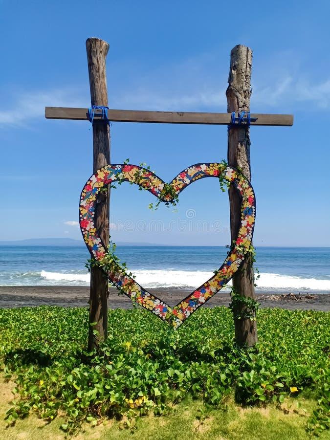 Сердце сформировало деревянное сочувствие для свадьбы, на пляже острова Бали, Индонезия стоковая фотография rf