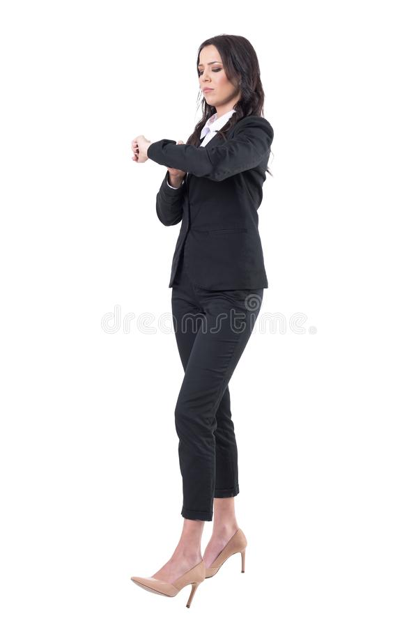 Серьезное контрольное время бизнес-леди на встрече наручных часов ждать стоковая фотография
