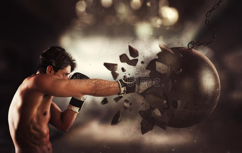 Сила и определение молодого мышечного боксера против разрушая шарика стоковая фотография rf