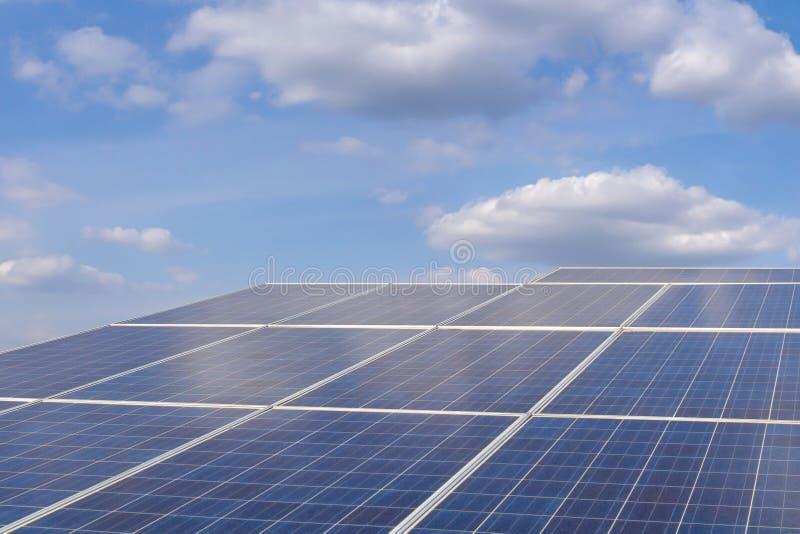 Сила фермы ‹The†солнечная для электрической возобновляющей энергии от солнца, photovoltaics в солнечной электростанции фермы стоковые фото