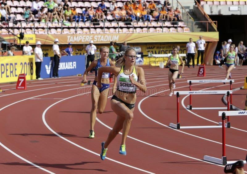 Сильвия SCHULZ и Brooke JAWORSKI бежать барьеры в 400 метров нагревают на чемпионате мира U20 IAAF стоковые изображения