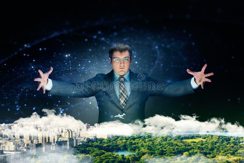 Сильный бизнесмен рассматривает его бизнес-план стоковые фотографии rf