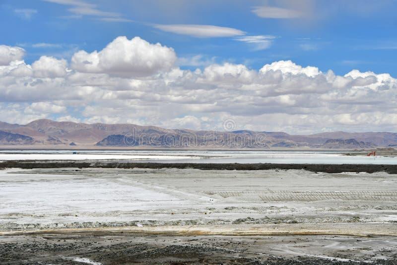 Сильно соляное озеро Chabier в Тибете, Китае стоковое фото