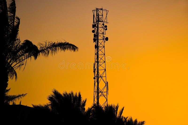 Силуэт башни антенны радиосвязи клетчатой для мобильной сети сигнала стоковое фото