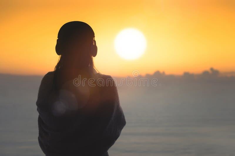 Силуэт нагой женщины с влажными волосами в оболочке в одеяле после плавать стоковое изображение rf