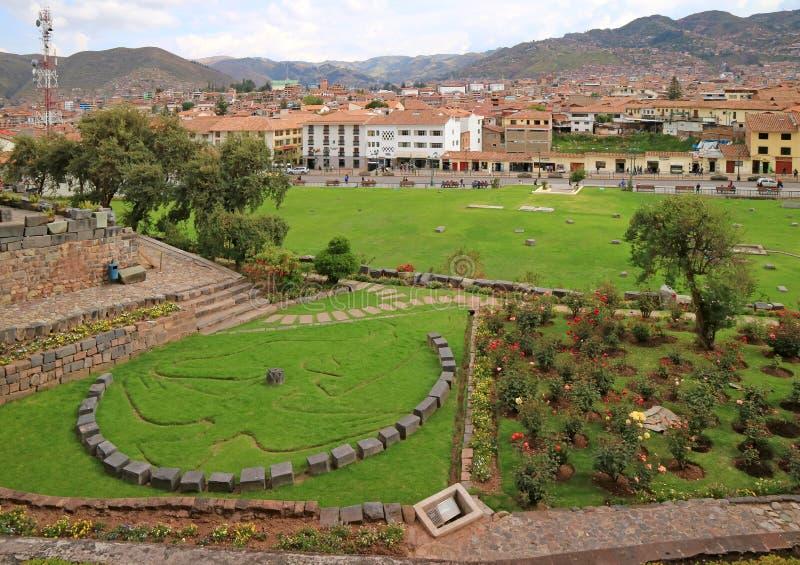 Символ круга камня мифологии, кондора, пумы и змейки Inca на дворе перед входом виска Coricancha, Cusco, Перу стоковое изображение rf