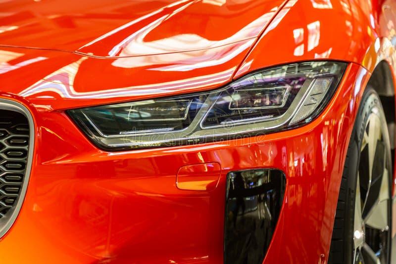 Сингапур Март 2019 Оранжевая Я-побежка все ягуара электрическое SUV Вид спереди, фары и гриль приведенные, клобук и бампер углеро стоковые изображения rf
