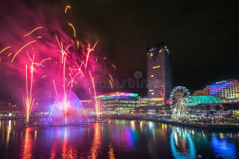 Сидней, Австралия - 2-ое июня 2017, волшебники шоу света воды тумана и фейерверки на гавани милочки во время яркого Сиднея стоковое фото rf