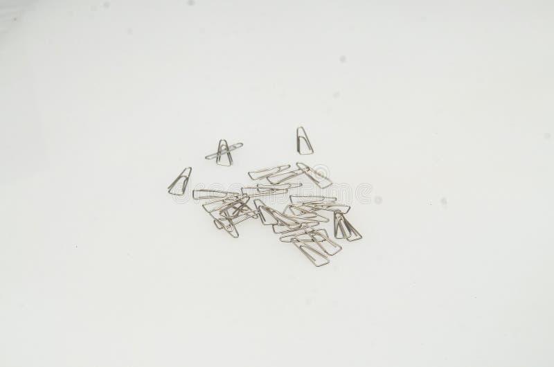 Сияющие серебряные бумажные зажимы сделанные из утюга для того чтобы зажать pape стоковое изображение rf