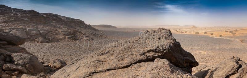 Скалистая пустыня от которой были извлечены камни для пирамид Meroe, Судан стоковое фото