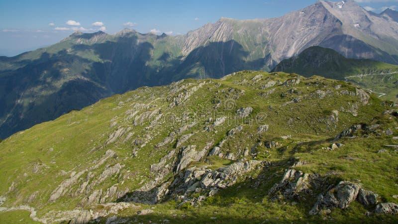 Скалистый луг на верхней части горы стоковые фотографии rf