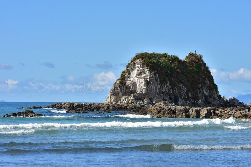 Скалистый островок в прибое пляжа стоковые фотографии rf