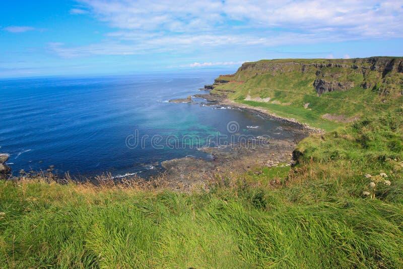 Скалы привлекательности Moher Ирландии Scape туристской укладывая рюкзак стоковые фото