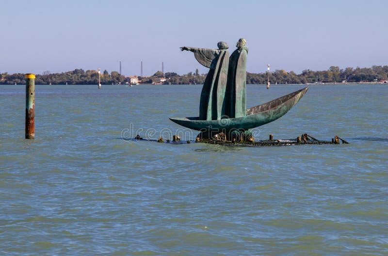 Скульптура баржи Dante в лагуне Венеции стоковая фотография rf