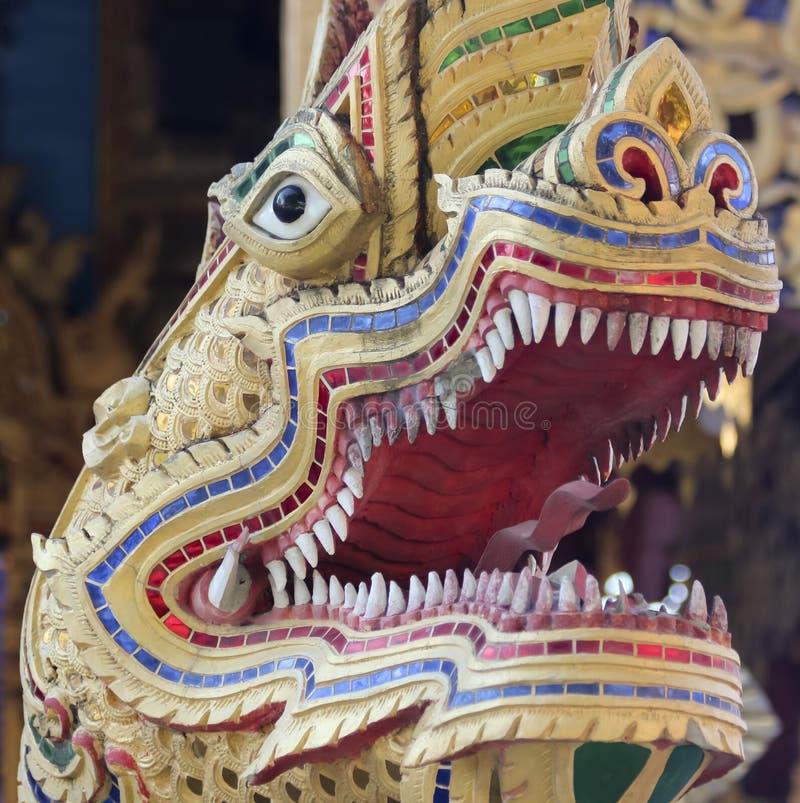 Скульптура дракона на входе виска района, Чиангмае, Таиланде стоковое фото rf