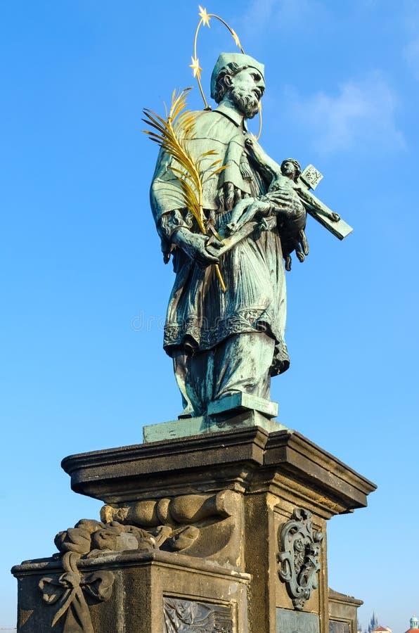 Скульптурные составы Карлова моста, Праги, чехии Святой январь Nepomuk 1683 стоковые изображения