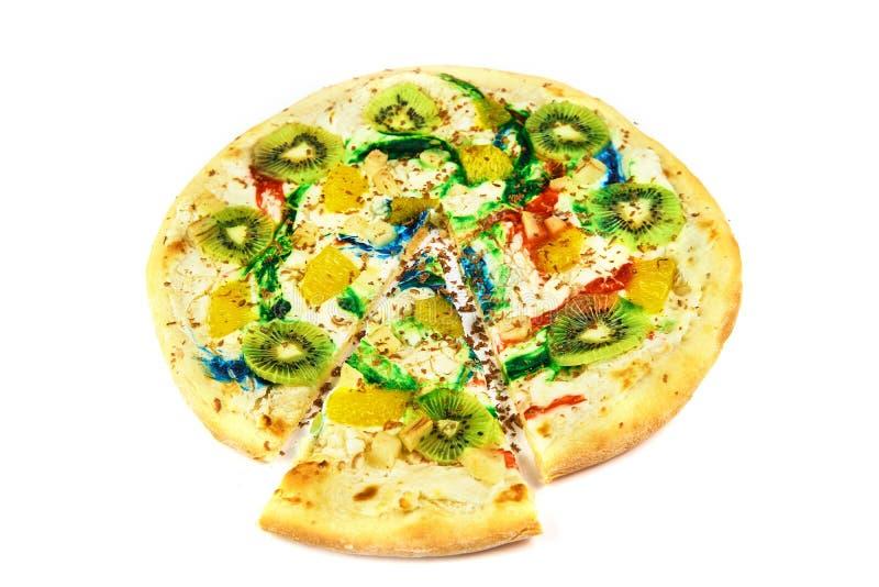 Сладкая красочная пицца с кивиом, сыром на белой предпосылке стоковые изображения