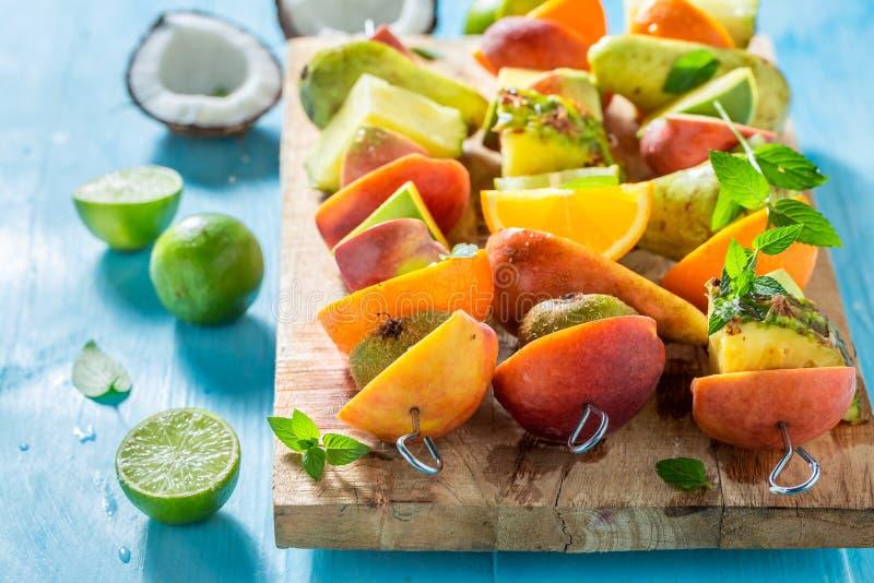 Сладкие протыкальники со смешиванием плодов для закуски стоковые фото