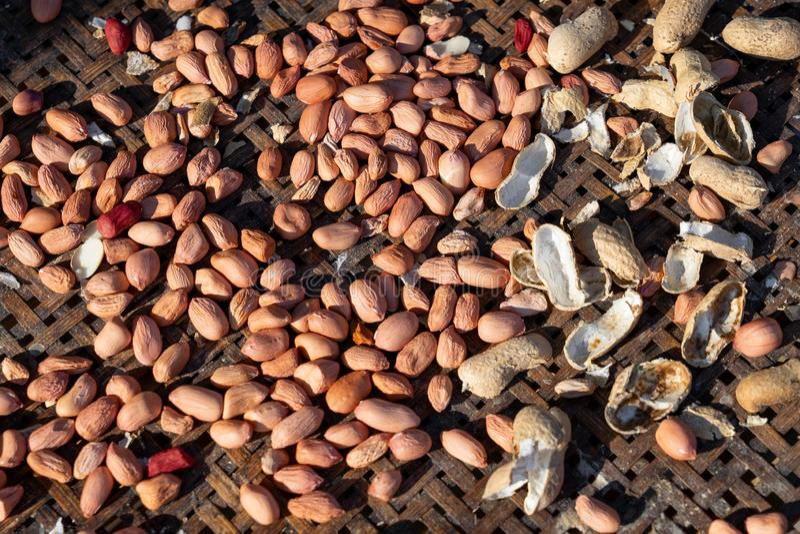 слезли арахисы на старой бамбуковой корзине стоковая фотография rf