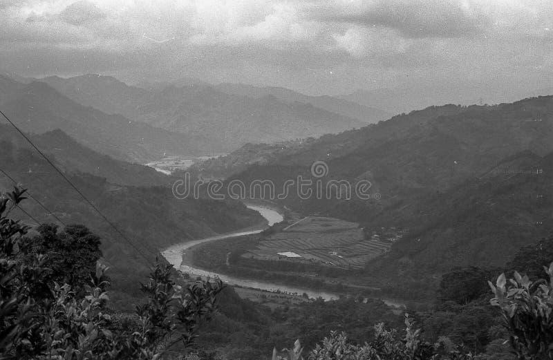 Следовать рекой для обнаружения новых домов стоковое изображение rf