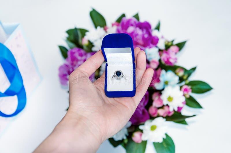 Случай с кольцом в женской руке стоковые изображения