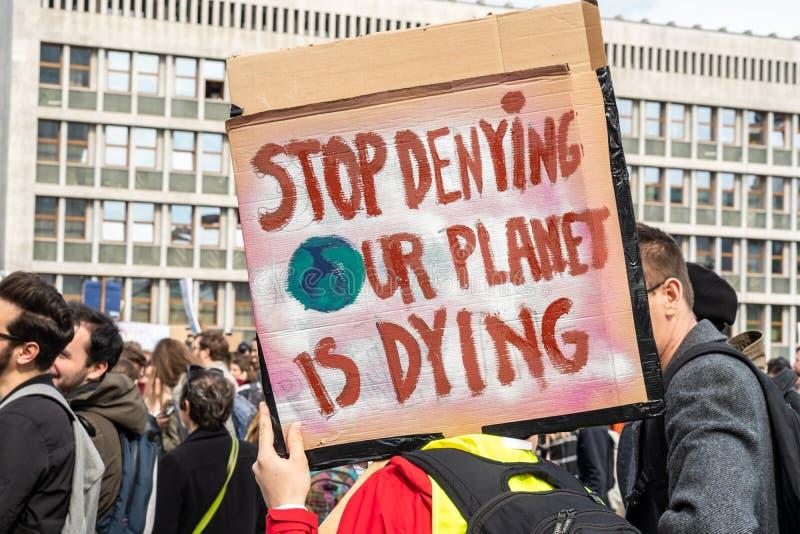 Словения, Любляна 15 03 2019 - Молодые протестующие со знаменами на забастовке молодости для марша климата стоковое изображение rf