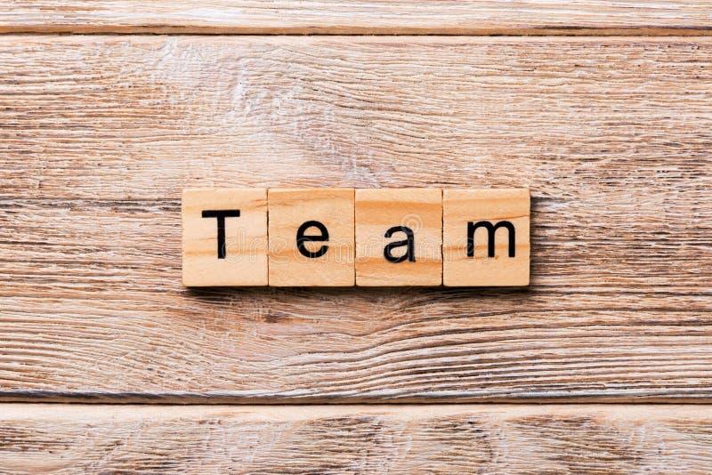 Слово команды написанное на деревянном блоке текст команды на деревянном столе для ваш desing, концепции стоковое изображение