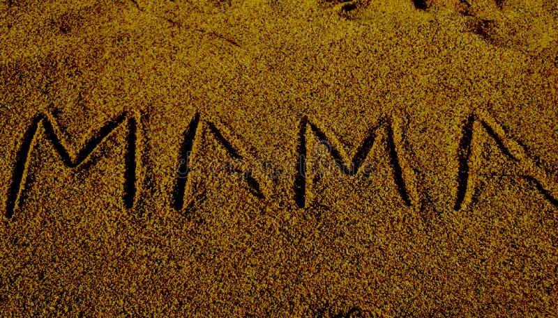 Слово мамы показанное на поверхности песка стоковое изображение rf