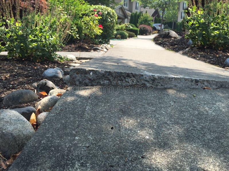 Сломленный тротуар цемента стоковое фото rf