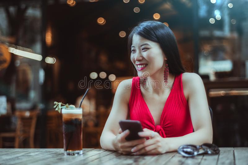 Смеясь азиатская девушка в баре ночи стоковая фотография