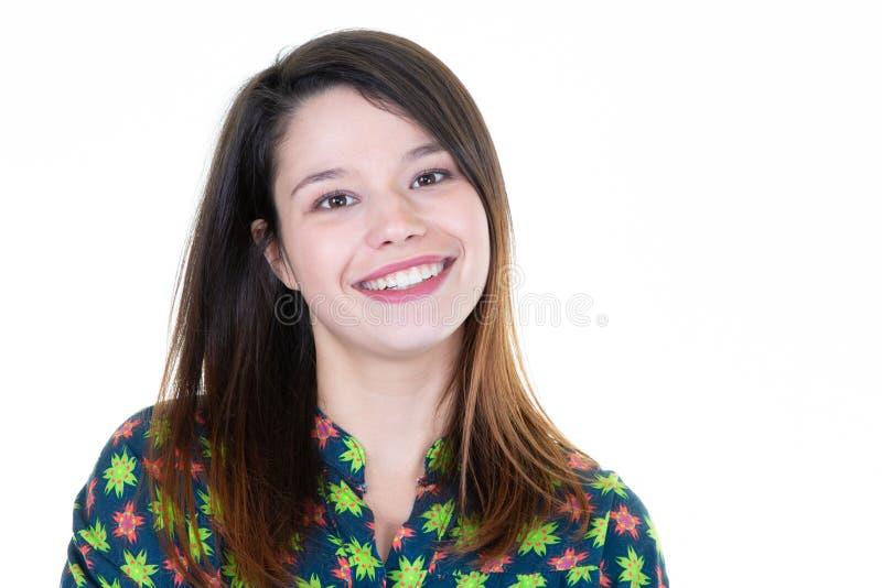 Смеяться над молодой жизнерадостной счастливой девушки усмехаясь смотрящ камеру над белой предпосылкой стоковое изображение rf