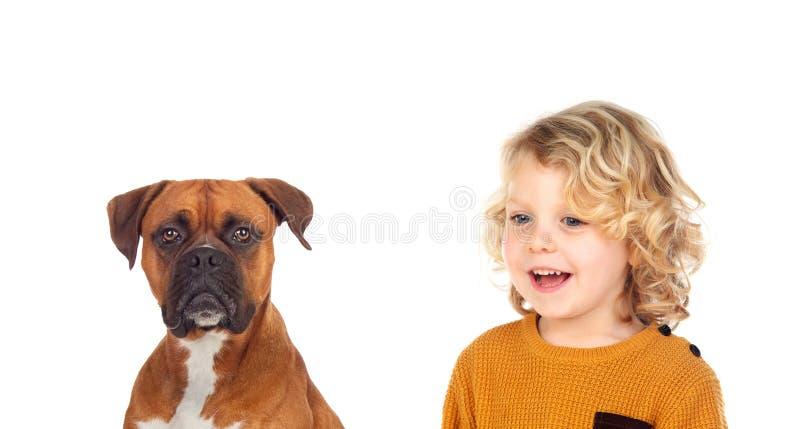 Смешной белокурый ребенок и его собака стоковое фото