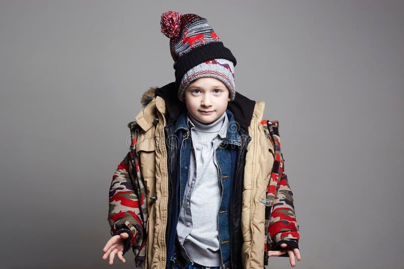 Смешной мальчик в outerwear зимы стоковое фото rf