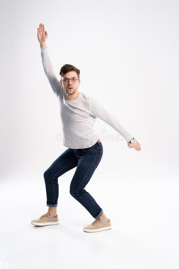 Смешной человек в случайном имеет некоторую потеху Он представляет и танцует белизна изолированная предпосылкой стоковая фотография rf