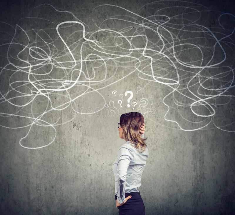 Смущенная бизнес-леди разрешая проблему бесплатная иллюстрация