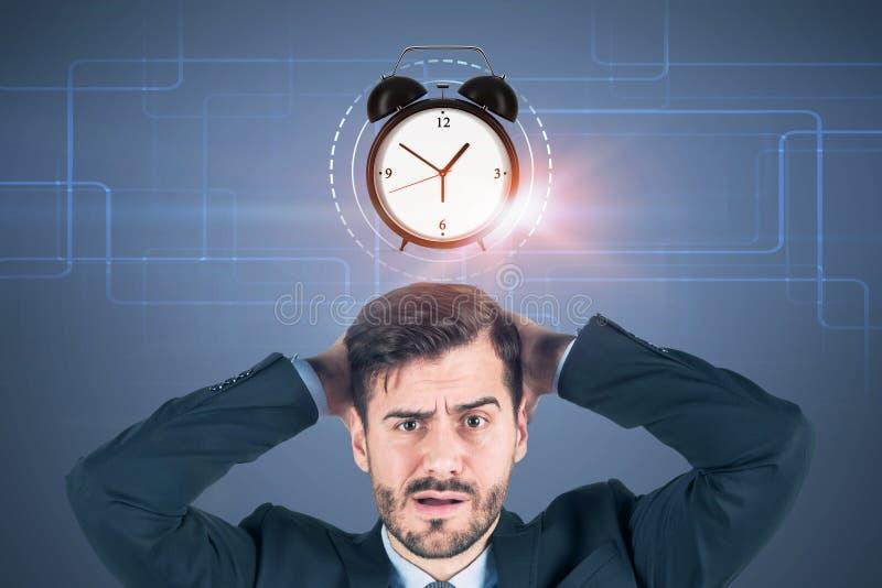 Смущенный бизнесмен, будильник стоковые фотографии rf