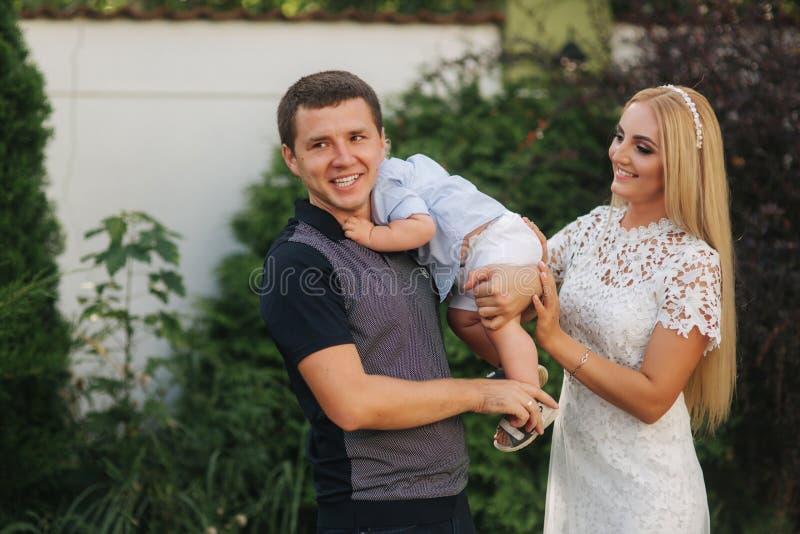 Снаружи папы и сына мамы идя Немногое сын пряча за задней частью отца стоковая фотография rf