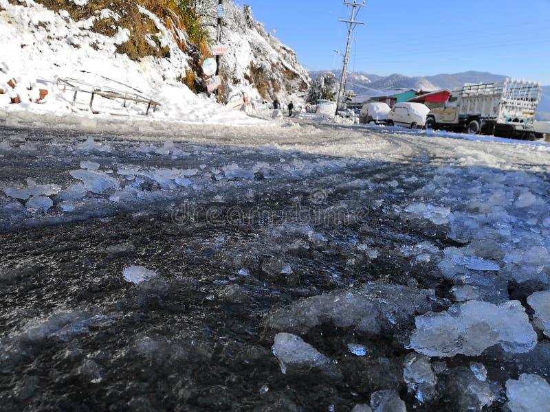Снег на дороге в солнечном дне стоковое изображение