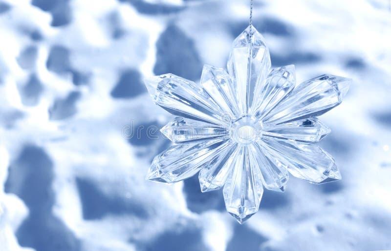 Снежинка на предпосылке снега стоковое изображение