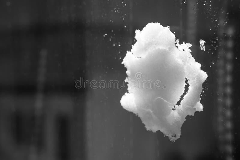 Снежный ком на окне стоковые фото