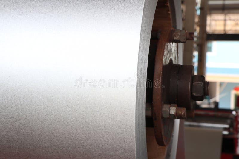 Спиральная сталь в машине завальцовки металлического листа стоковые фотографии rf