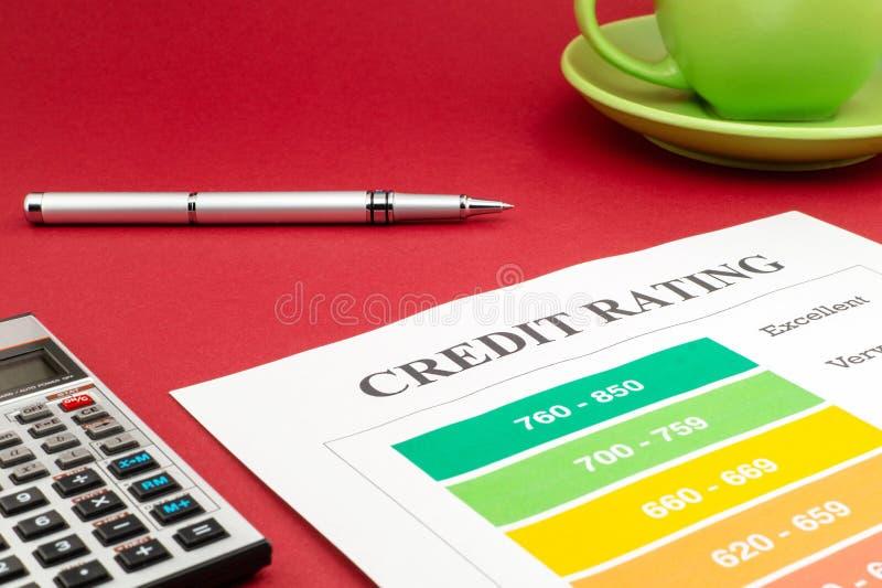 Справка о кредитоспособности на красной таблице и ручке стоковые фото