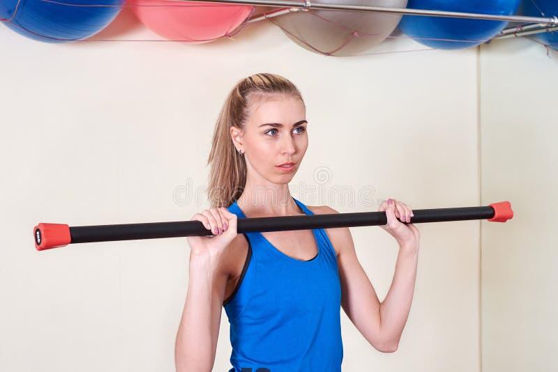 Спортсменка делая тренировку спорта Концепция заботы здоровья и тела стоковые фотографии rf
