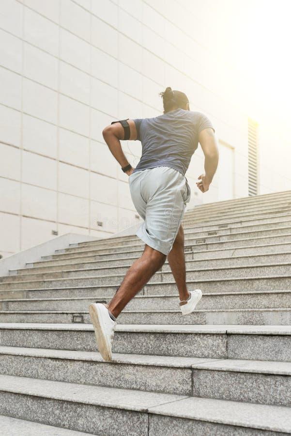 Спортсмен бежать вверх шаги стоковое фото rf