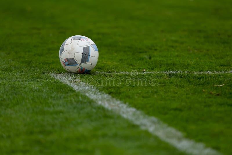 Спорт, футбол и игра - шарик на футбольном поле стоковое фото rf