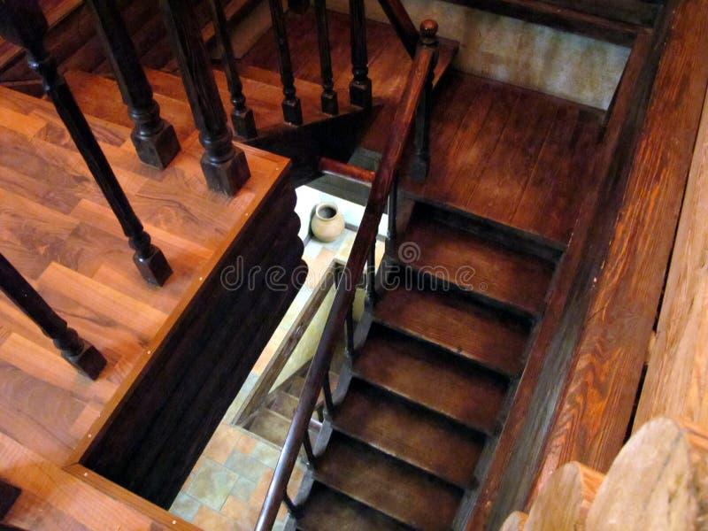 Сделанная старая винтовая лестница в русском доме стоковые фото