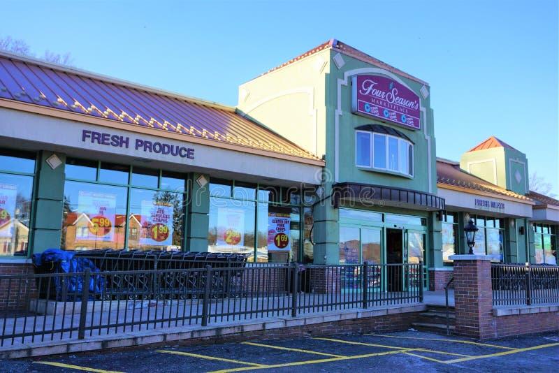 Супермаркет Ossining Нью-Йорк городка c 2 сезонов стоковое фото