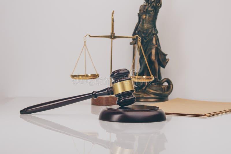 Судите молоток при юристы правосудия имея встречу команды на юридической фирме в предпосылке Концепции  стоковое изображение rf