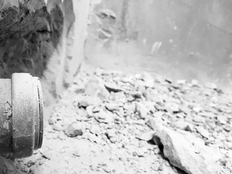 Сшитые канализационные трубы в кирпичной стене и трубе пропилена стоковое изображение rf