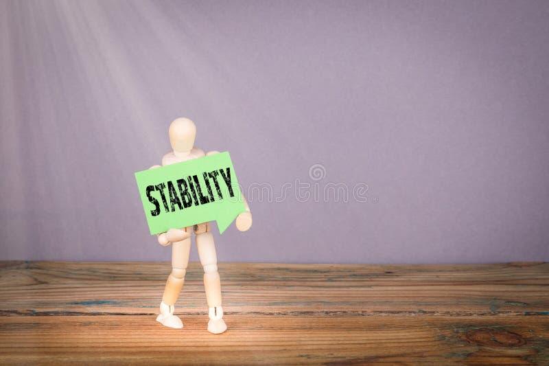 стабилность Деревянный человек с зеленым пузырем речи стоковое фото rf